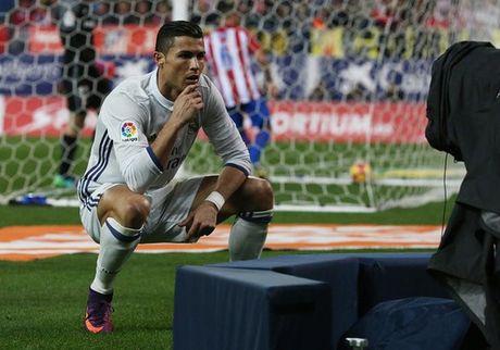 An mung kieu mannequin, Ronaldo bi fan che gieu - Anh 1