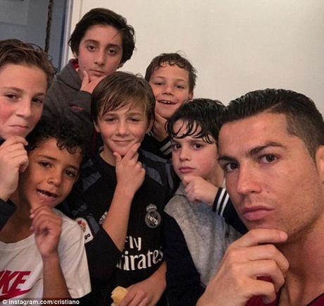 An mung kieu mannequin, Ronaldo bi fan che gieu - Anh 2
