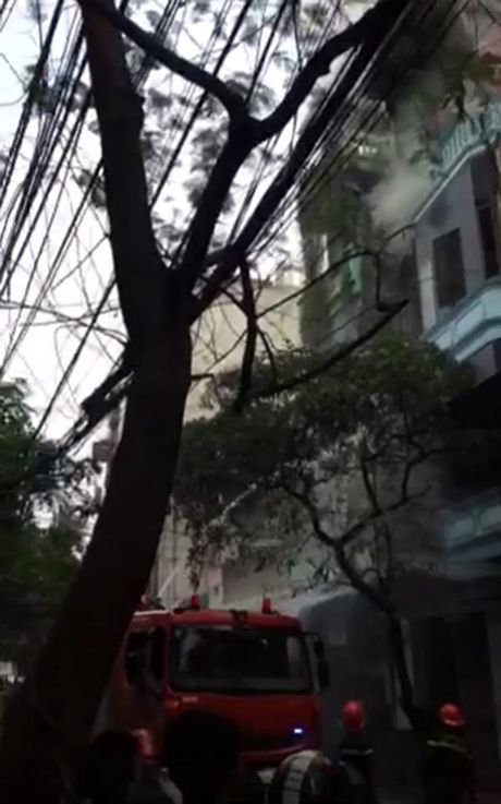 Chay cua hang hoa chat, cot khoi boc cao tren pho Tran Khat Chan - Anh 2