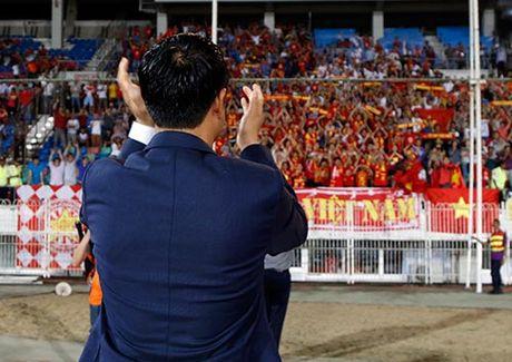 Fan nu xinh co vu het minh cho Cong Vinh va DT Viet Nam - Anh 10