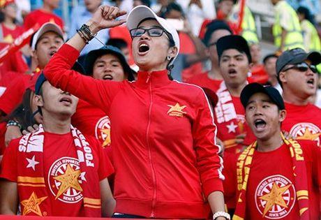 Fan nu xinh co vu het minh cho Cong Vinh va DT Viet Nam - Anh 3