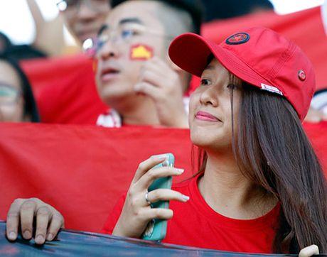 Fan nu xinh co vu het minh cho Cong Vinh va DT Viet Nam - Anh 4