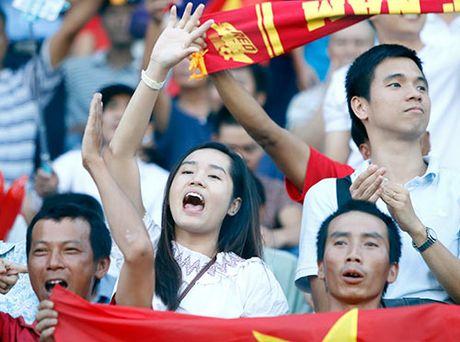 Fan nu xinh co vu het minh cho Cong Vinh va DT Viet Nam - Anh 7