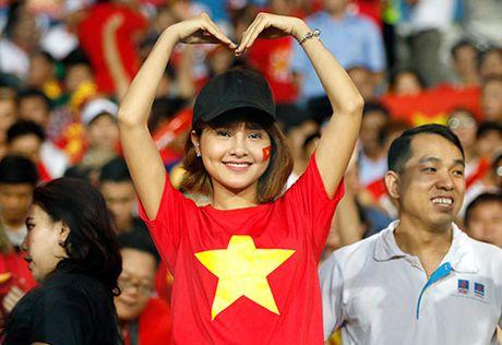 Fan nu xinh co vu het minh cho Cong Vinh va DT Viet Nam - Anh 9