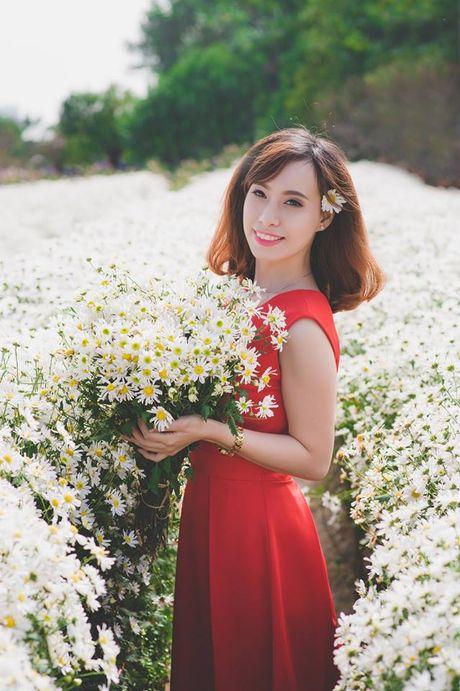 Thieu nu Ha Thanh no nuc chup anh vuon hoa cuc hoa mi - Anh 6