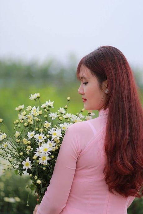 Thieu nu Ha Thanh no nuc chup anh vuon hoa cuc hoa mi - Anh 7