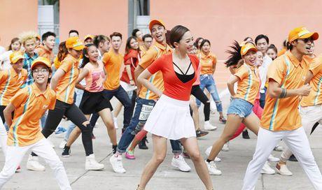 Toc Tien va Pham Anh Khoa nhay flashmob cuc sung cung hang tram fan - Anh 1