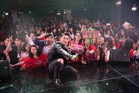 Isaac khong ngan ngai cho fan so bung de kiem chung 6 mui - Anh 9