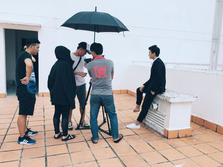 Mac chan thuong do tai nan, Huynh Anh bat chap nguy hiem hoan thanh MV moi - Anh 10