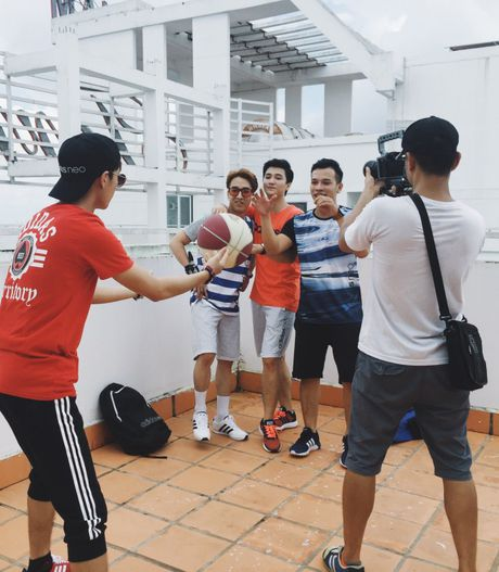 Mac chan thuong do tai nan, Huynh Anh bat chap nguy hiem hoan thanh MV moi - Anh 8