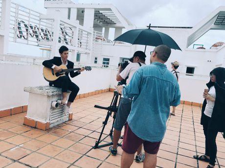 Mac chan thuong do tai nan, Huynh Anh bat chap nguy hiem hoan thanh MV moi - Anh 9