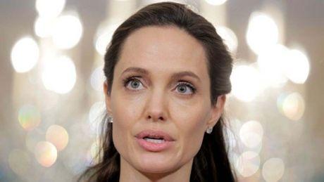 Angeline Jolie xuat hien lan dau tien sau ly di - Anh 1