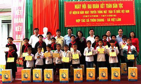 Pho Chu tich nuoc trao 200 suat hoc bong cho tre em Ha Giang - Anh 1