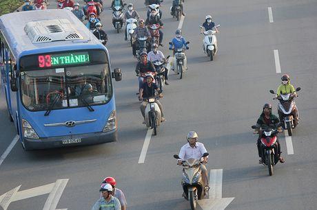 Xe may chay lan het lan o to tren dai lo Pham Van Dong - Anh 10