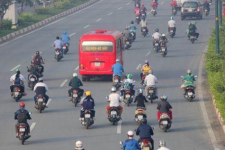 Xe may chay lan het lan o to tren dai lo Pham Van Dong - Anh 11