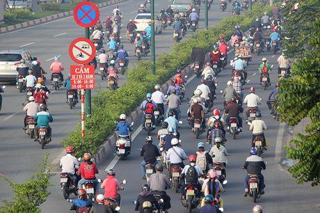 Xe may chay lan het lan o to tren dai lo Pham Van Dong - Anh 12