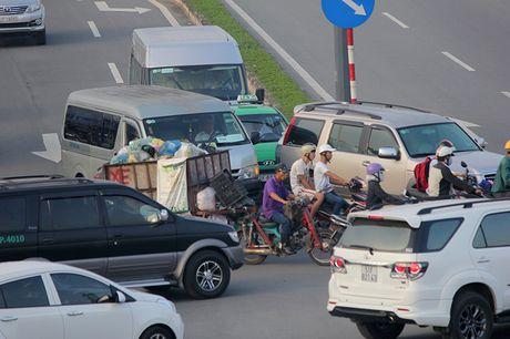 Xe may chay lan het lan o to tren dai lo Pham Van Dong - Anh 13