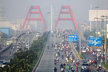 Xe may chay lan het lan o to tren dai lo Pham Van Dong - Anh 14