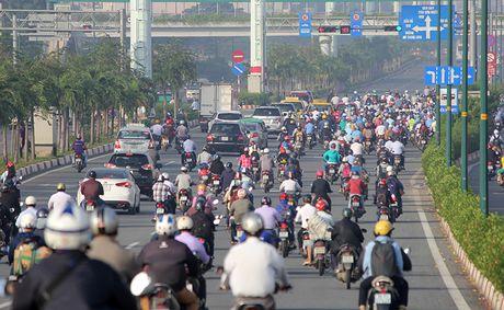 Xe may chay lan het lan o to tren dai lo Pham Van Dong - Anh 16