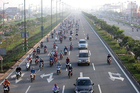 Xe may chay lan het lan o to tren dai lo Pham Van Dong - Anh 1