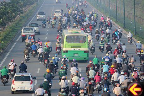 Xe may chay lan het lan o to tren dai lo Pham Van Dong - Anh 2