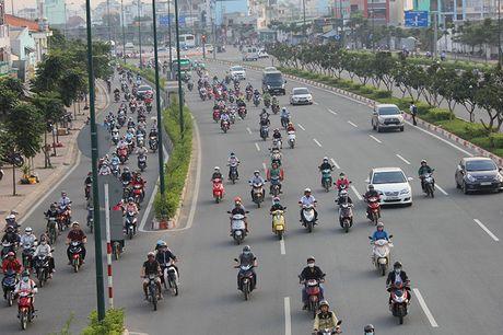 Xe may chay lan het lan o to tren dai lo Pham Van Dong - Anh 3