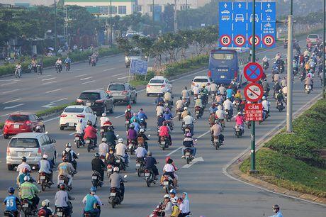 Xe may chay lan het lan o to tren dai lo Pham Van Dong - Anh 4