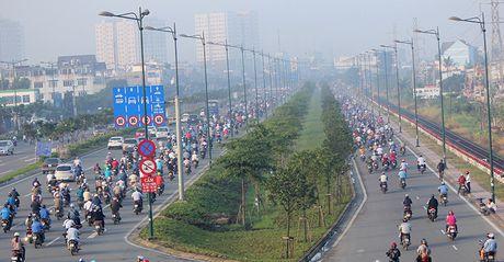 Xe may chay lan het lan o to tren dai lo Pham Van Dong - Anh 5