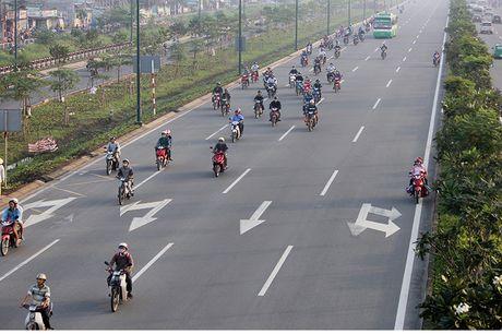Xe may chay lan het lan o to tren dai lo Pham Van Dong - Anh 6