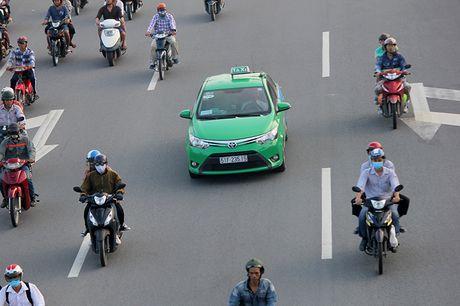 Xe may chay lan het lan o to tren dai lo Pham Van Dong - Anh 7