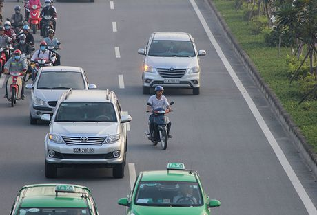 Xe may chay lan het lan o to tren dai lo Pham Van Dong - Anh 8