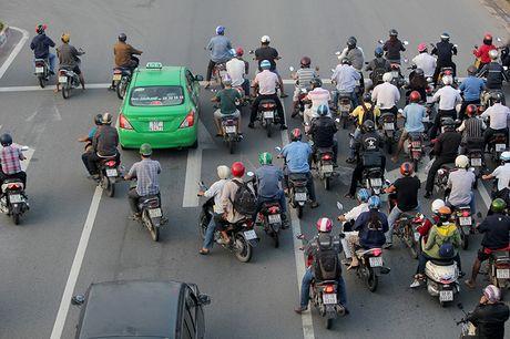 Xe may chay lan het lan o to tren dai lo Pham Van Dong - Anh 9