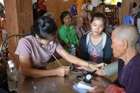 Doan thien nguyen Viet Nam kham benh, cap thuoc mien phi cho nguoi ngheo tai Campuchia - Anh 1