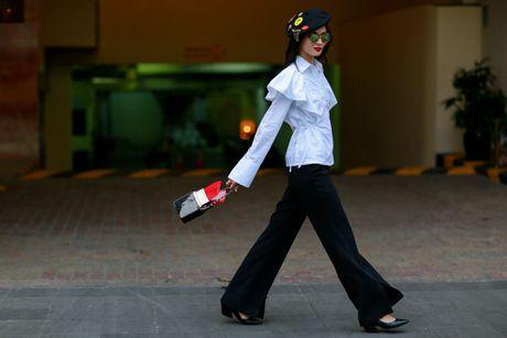 Xuan Lan va dan mau sanh dieu tren duong pho Nguyen Hue - Anh 10