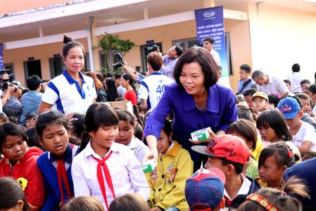 Vinamilk mang 'Sua hoc duong' den voi tre em Dak Nong - Anh 2