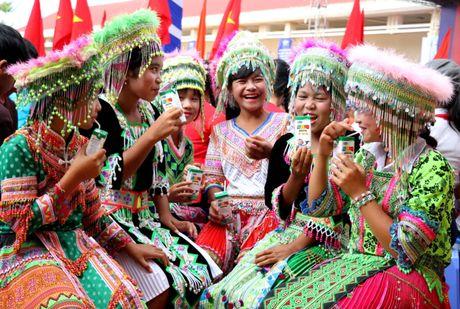 Vinamilk mang 'Sua hoc duong' den voi tre em Dak Nong - Anh 8