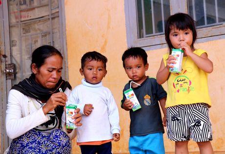 Vinamilk mang 'Sua hoc duong' den voi tre em Dak Nong - Anh 9