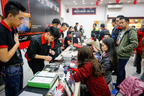 Khach mua iPhone 7 tai FPT Shop trung MacBook - Anh 2