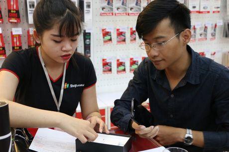 Khach mua iPhone 7 tai FPT Shop trung MacBook - Anh 3
