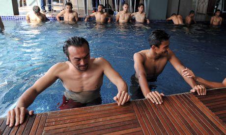 Tuyen Malaysia thu gian ben be boi truoc tran gap Viet Nam - Anh 1