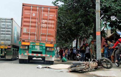 Binh Duong: Mot nguoi dan ong bi xe container can tu vong - Anh 1