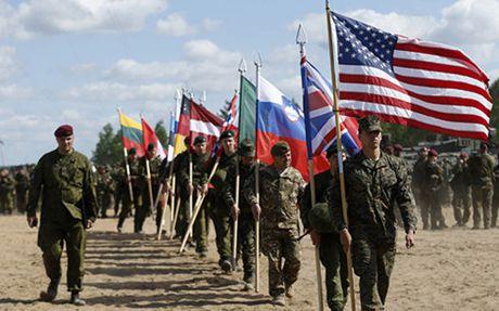NATO trien khai 4.000 binh si tap tran sat bien gioi voi Nga - Anh 1
