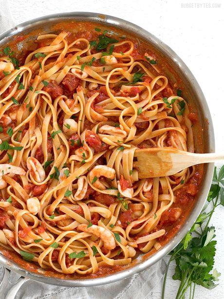 Cach lam spaghetti hai san cay voi nuoc sot ca chua bo - Anh 1