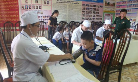 Bo doi ve 'bat benh' cho tre khuyet tat Quang Tri - Anh 1