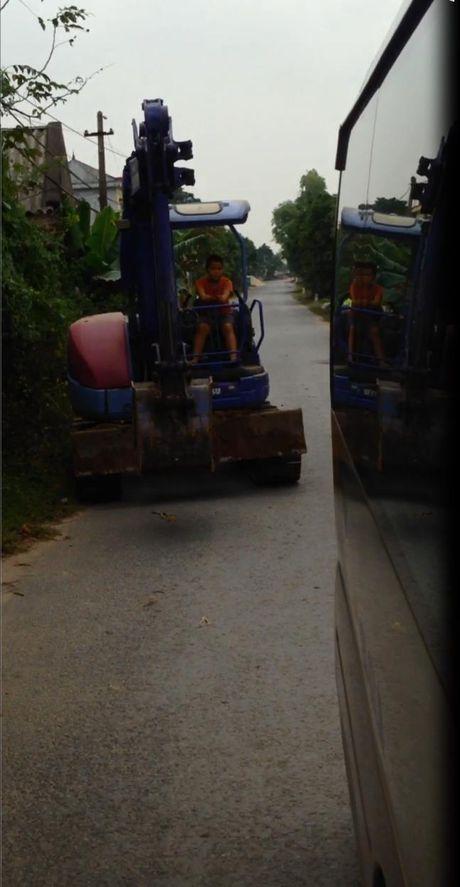 Phat hoang voi chau be lai may xuc di tren duong o Hung Yen - Anh 3