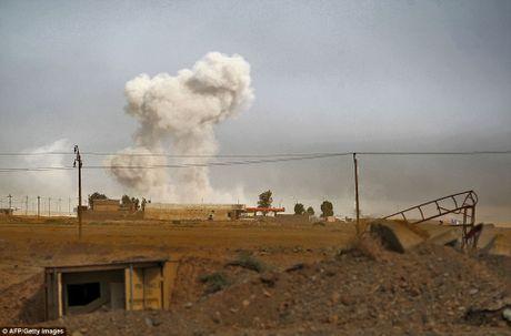 Khoanh khac xe bom tu sat cua IS phat no tren chien truong Mosul - Anh 1