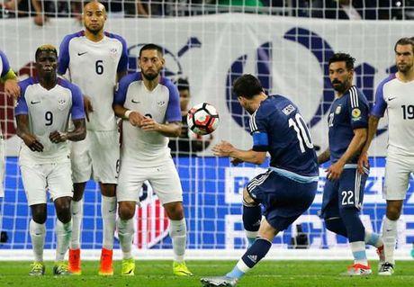 Messi doi dau voi Neymar trong de cu 10 ban thang dep nhat nam 2016 - Anh 1