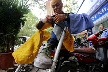 Ton Ngo Khong mua gay tren duong pho kiem hang chuc trieu moi thang - Anh 5