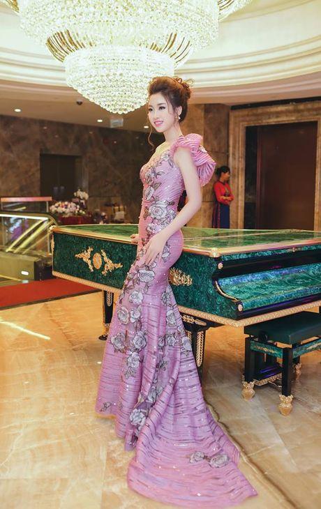Hoa hau Do My Linh lien tuc khoe vong eo con kien goi cam - Anh 1