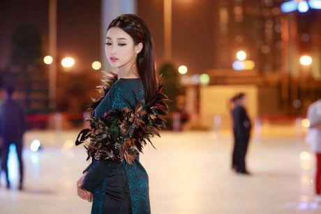 Hoa hau Do My Linh lien tuc khoe vong eo con kien goi cam - Anh 2